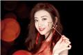 景甜晒美照庆祝32岁的生日 身穿红裙 对镜甜笑