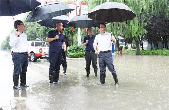 漯河市委书记蒿慧杰现场察看指导市区积水点排水和防汛工作