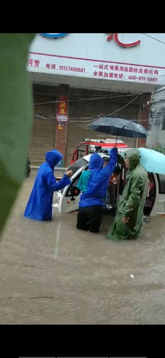 周口太康刘启昌:担心路人安全,站在暴雨中10个小时拦截电动车和行人