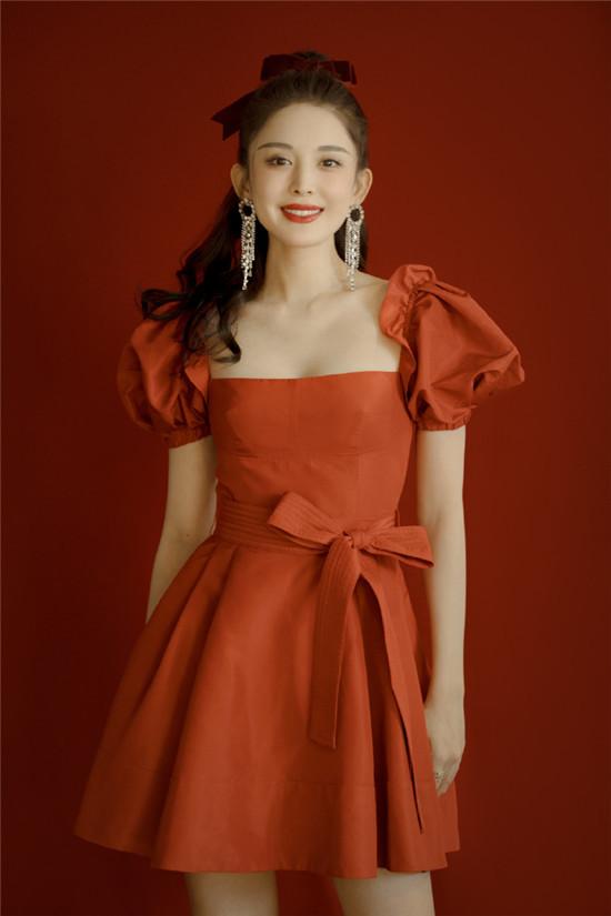 古力娜扎身穿红色泡泡袖连衣裙 搭配丝绒蝴蝶结