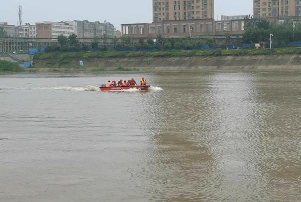 河南邓州市洪水中2小时救出14名被困工人