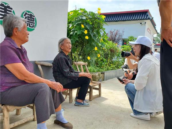 中央省市媒体深入唐河县大河屯镇深度调研采访脱贫攻坚工作