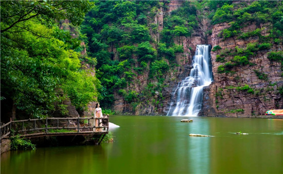 情系游客真诚服务 游客送锦旗向龙潭大峡谷景区表谢意
