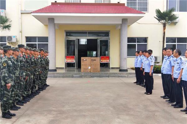 内乡县政府副县长、公安局长崔宏伟率队看望慰问驻地武警官兵