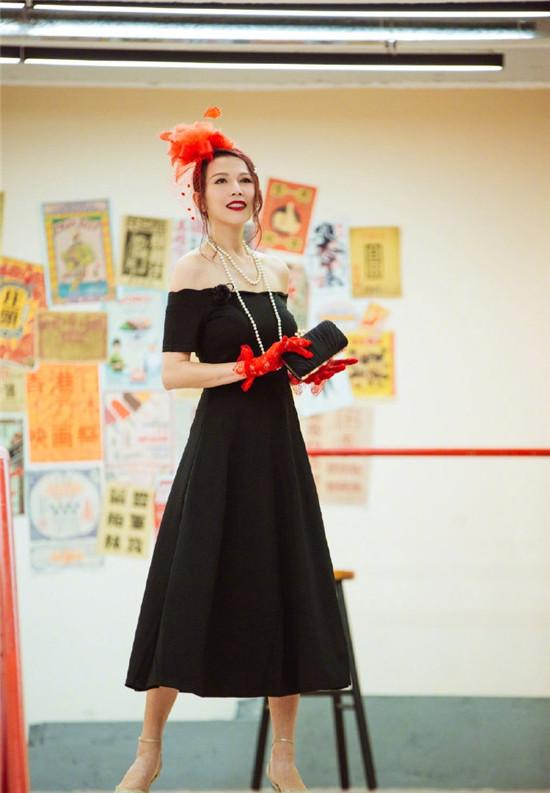 蔡少芬黑色抹胸连衣裙搭配红色羽毛礼帽复古造型 魅力十足