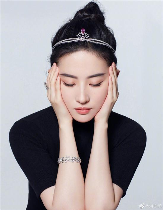 """刘亦菲头戴皇冠 被网友称为""""迪士尼在逃公主"""""""