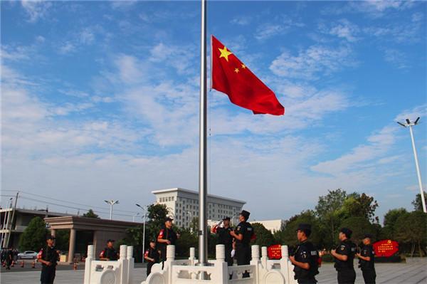 新野县公安局举行升国旗仪式