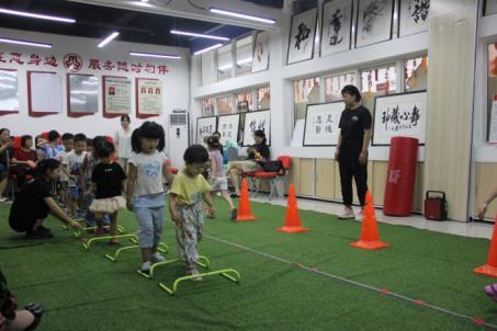 """郑州市花园路街道办事处组织开展""""超新星运动会""""室内活动"""