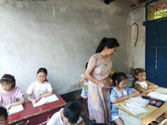 汝南县人大代表霍金红把爱洒向留守儿童
