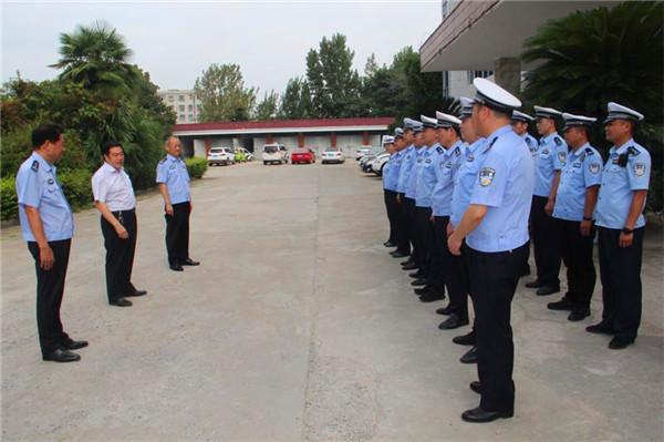 新野县总工会主席张字典一行慰问一线执勤民警、辅警