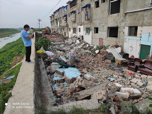 河南邓州:强力拆除阻碍河道防洪的违规建房
