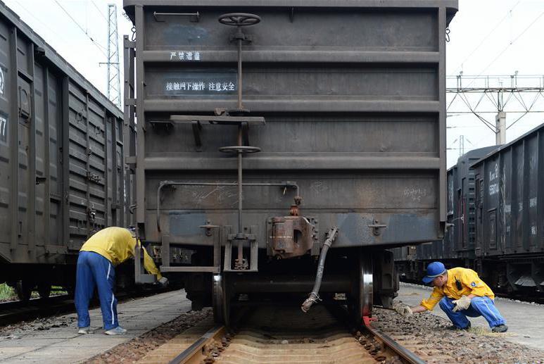 """合肥:高温下的列车""""体检员"""""""