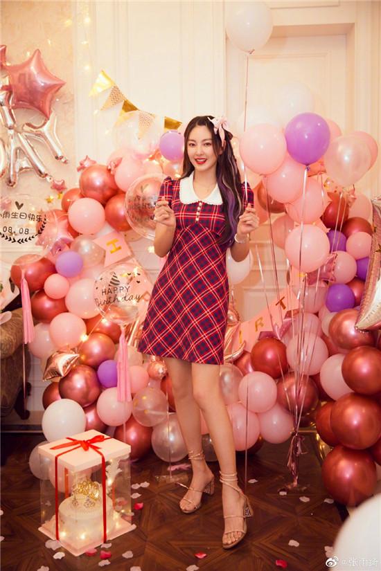 8月8日张雨绮生日 身穿格子短裙,头戴粉色蝴蝶结美丽又可爱