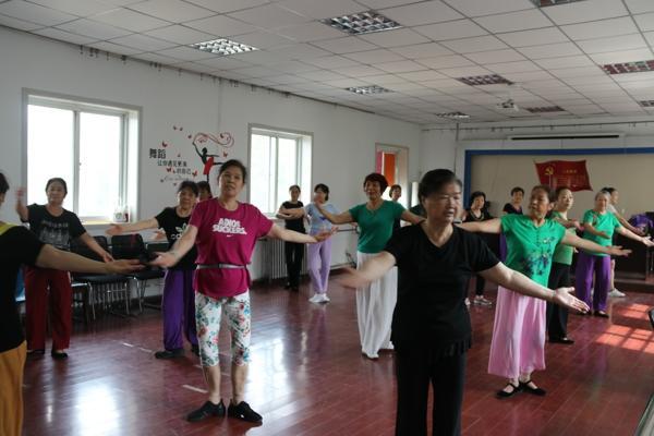 八载芳华·与舞相随 郑州花园路街道老年大学舞蹈班开课