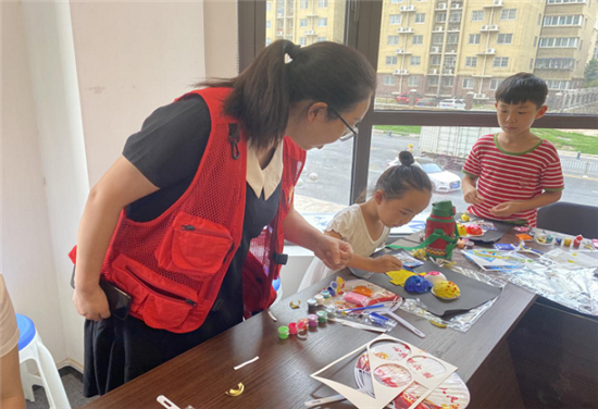 """郑州市育林社区党支部开展暑期公益课堂""""美味的冰淇淋""""制作活动"""