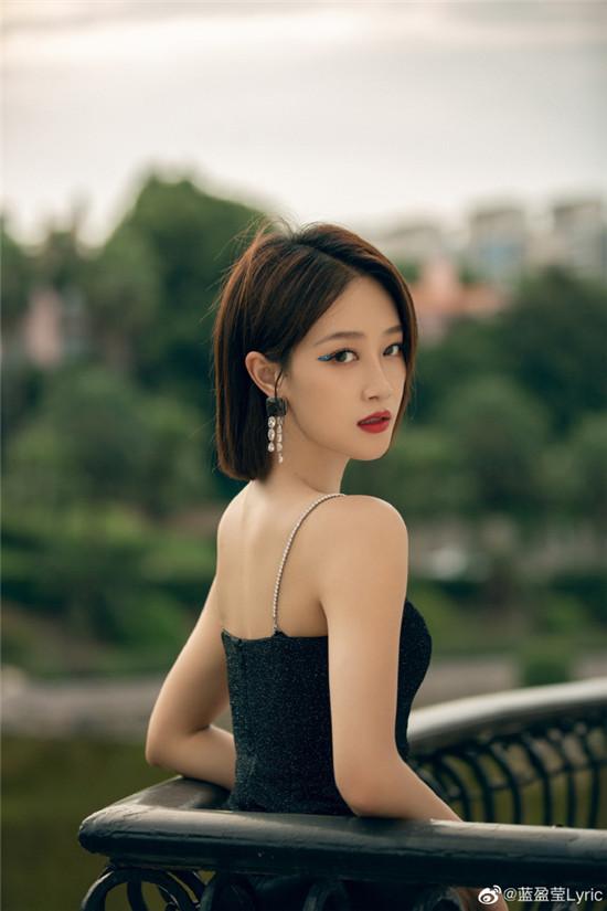 蓝盈莹身穿一件黑色吊带裙 短发精致干练更显气质清冷