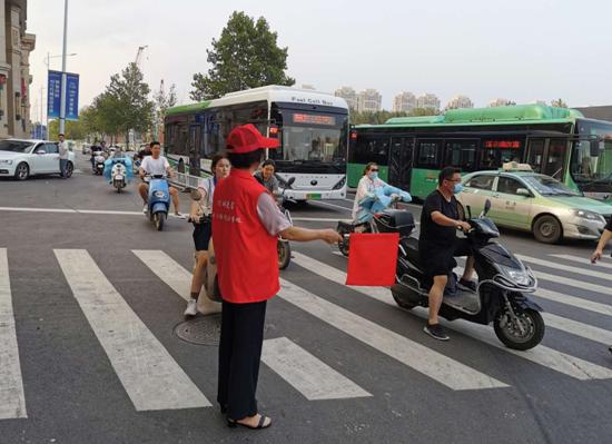 文明交通岗的志愿红 绘出魅力丰庆文明范