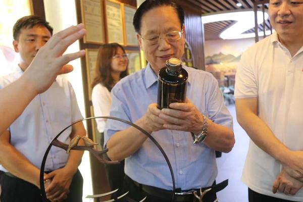 河南省老字号协会名誉会长赵志正等一行莅临郑州皇沟营销中心参观指导