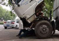 漯河环卫车辆维修工:无畏高温 流汗坚守!