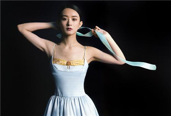 赵丽颖打造复古妆容穿缎面吊带连衣裙 优雅高贵