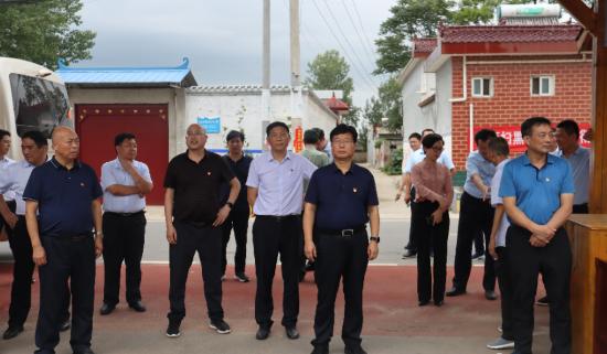 叶县龙泉乡在东线路域环境、人居环境观摩中荣获第一名