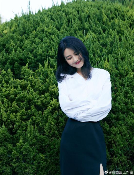 高圆圆美丽依旧!穿白衬衫配包臀裙造型知性优雅
