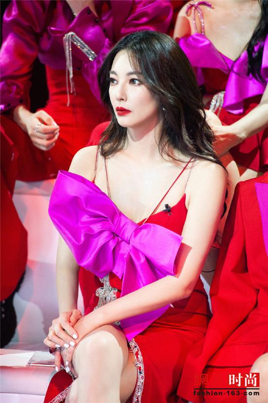 《乘风破浪的姐姐》中张雨绮身穿红色镂空吊带裙 身材凹凸有致