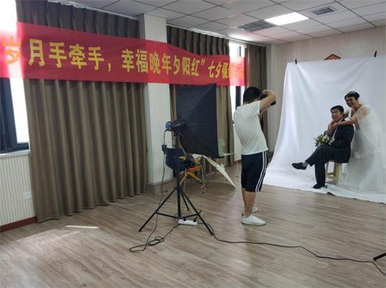 """郑州花园路街道党群服务中心开展""""幸福晚年夕阳红""""七夕摄影活动"""