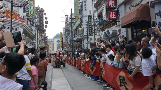 郑州建业电影小镇暑期游客爆棚 亲子游成主力军
