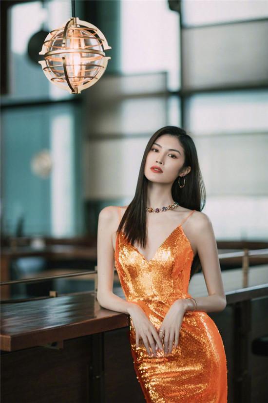 """何穗身穿橙色亮片裙裹身裙美成""""人鱼公主"""""""