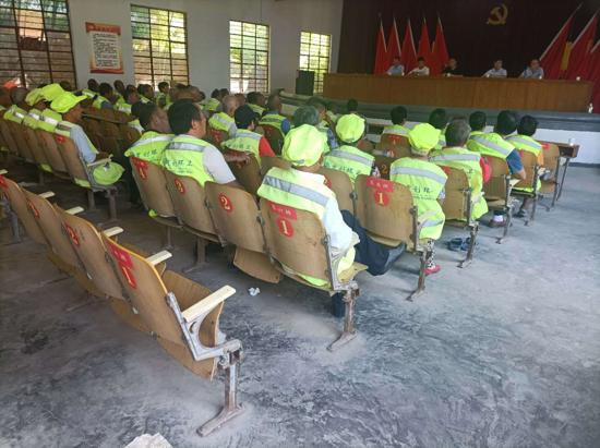 遂平县石寨铺镇:召开环卫工人安全培训会