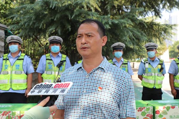 中华网河南联合爱心企业慰问一线交警 致  敬高温下的坚守!