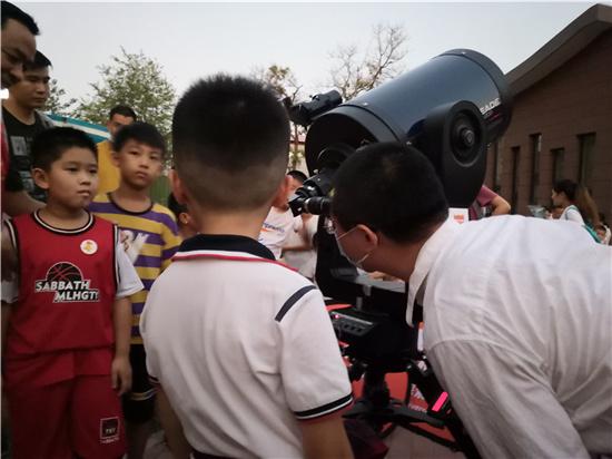 """我们一起做个""""追星族""""——南阳路街道郑纺机社区组织开展天文观测活动"""