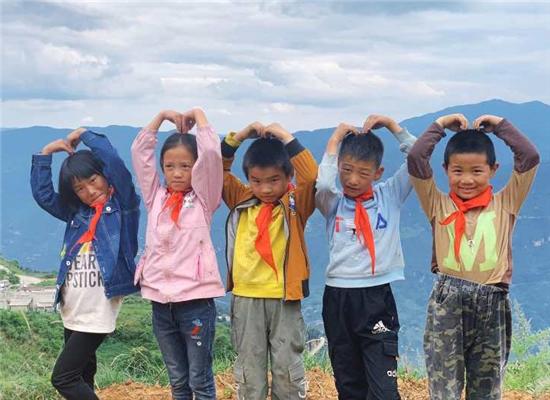 """一份跨越1500公里的爱心 鼎和保险""""金秋筑梦 情暖上学路""""教育扶贫活动纪实"""