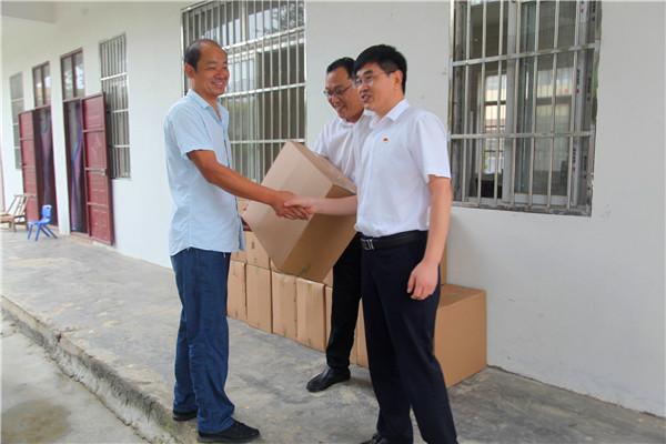 新野农商银行开展教师节慰问活动