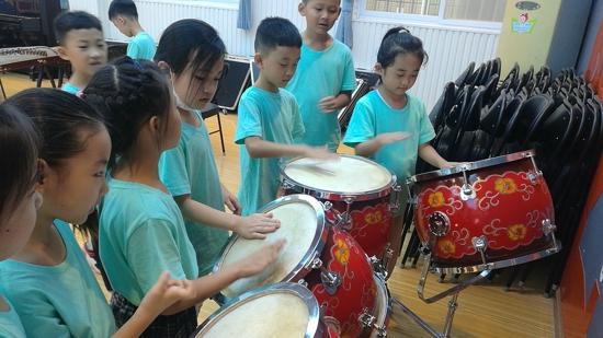 郑州市中原区百花艺术小学开展新生入学课程  扣好人生第一粒扣子