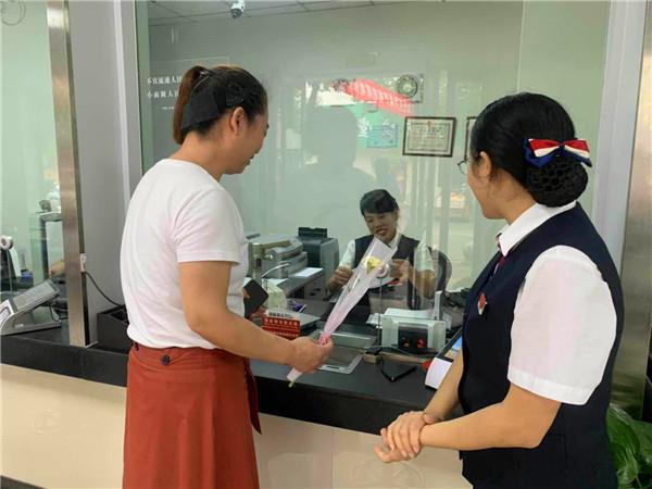 南召农商银行开展教师节感恩回馈活动