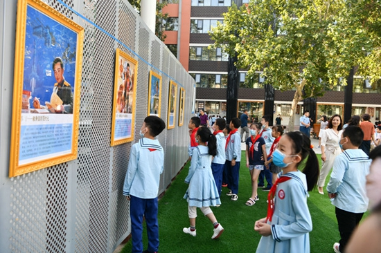 郑州管城回族区举行英模挂像进校园集中悬挂仪式