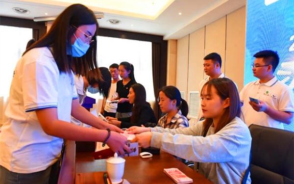 """濮阳市举行希望工程圆梦行动暨""""习酒·我的大学""""逐梦助学金发放仪式"""