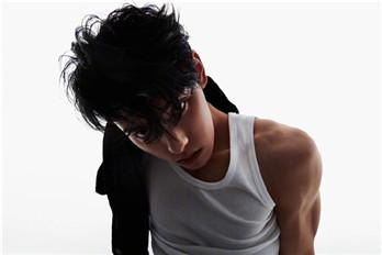 王子异身穿黑白背心 秀出漂亮手臂线条和完美腹肌轮廓