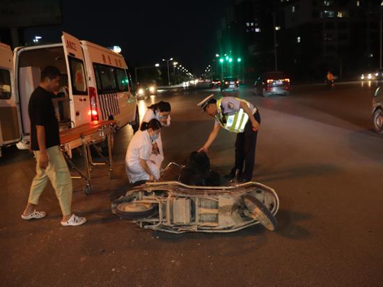 真危险!濮阳县一客车与电动车相撞,电动车驾驶人受伤