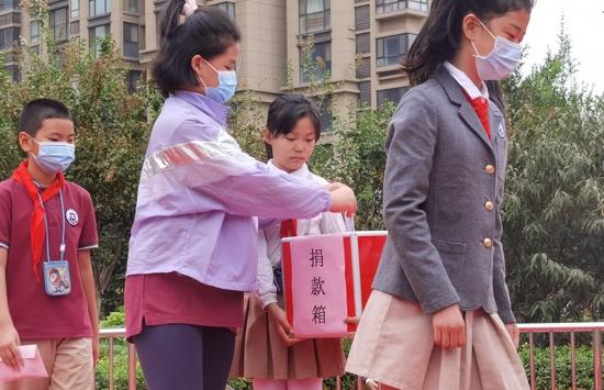 """共献一份爱,真情满校园——郑州高新区外国语小学举行""""双慈善日""""爱心捐款活动"""