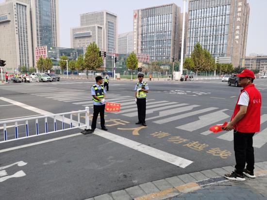 郑州市高新区石佛办事处文明交通志愿者在行动 助力城市交通环境提升