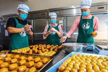 河南南阳:生产制作老式月饼成风尚