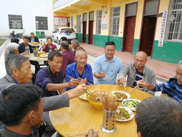 """邓州市文渠镇泰山村贫困户的特殊""""午餐"""""""