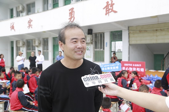 河南省新的社会阶层人士统战工作实践创新基地中华网河南频道组织开展公益助学活动