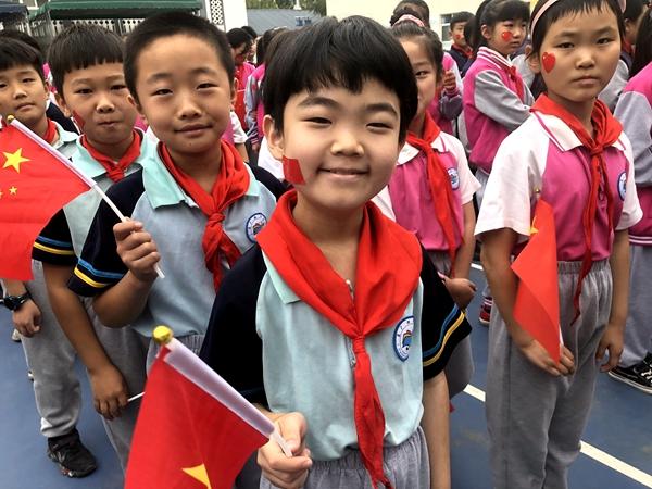 """展红旗,贺华诞!郑州二七区京广路小学举行""""迎国庆""""升旗仪式"""