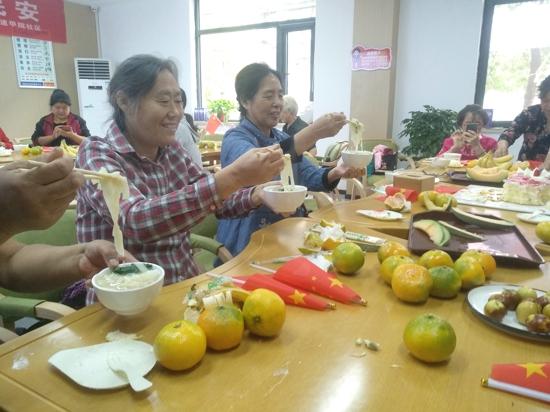 郑州花园路街道同吃国庆面 与祖国同庆生