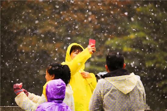 尧山风景区迎来今年节第一场雪, 比往年来的更早一些