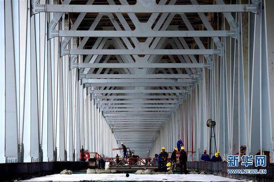 郑济铁路郑州黄河特大桥铺设桥面 进入最后建设阶段
